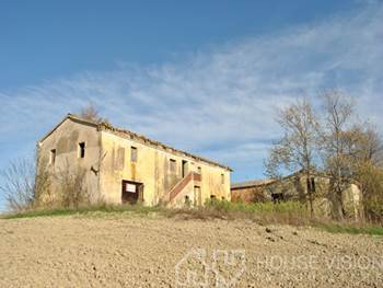Panoramic farmhouse for sale in 15 minutes to Jesi
