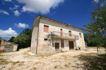 Farmhouse in Staffolo with land for sale