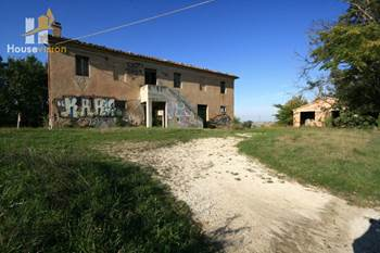 For sale farmhouse to be rebuilt with land in the Marche